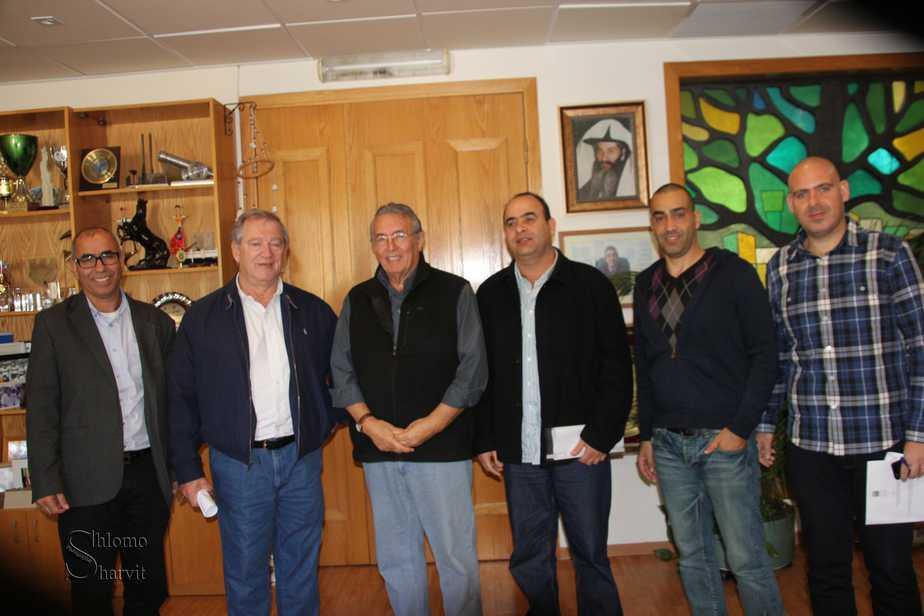איתמר צ'יזק ובכירים בעיריית מעלות יחד עם ראש העירייה שלמה בוחבוט