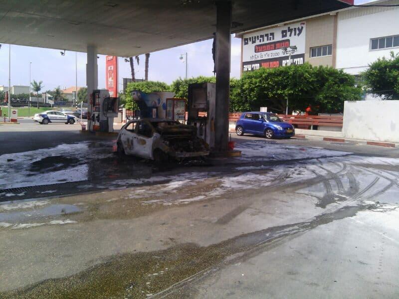 רכב עלה באש בתחנת דלק בחדרה