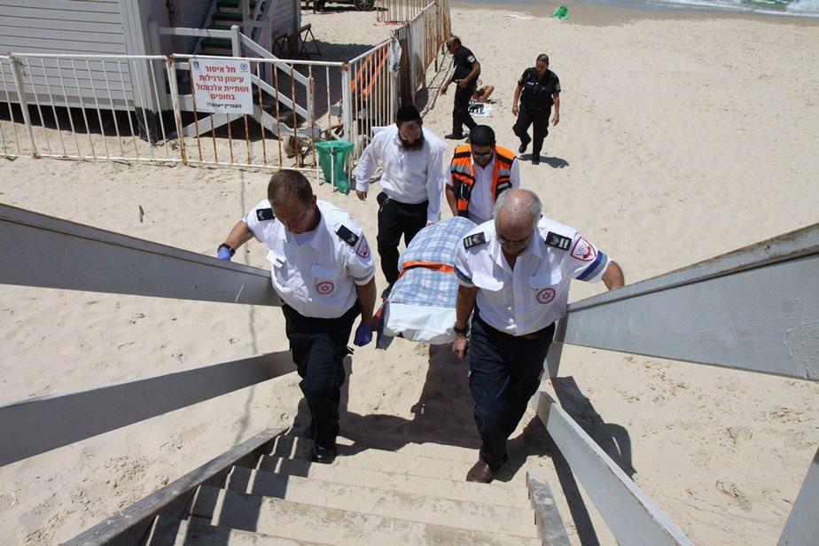 חוף צאנז - צוותי מדא באירוע הטביעה בחוף צאנז בנתניה - צילום דוברות מדא 10.8.13 (3)