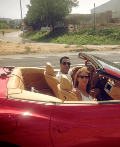 במכונית פרארי אדומה. יגאל וחן שושן (צילום: עצמי)