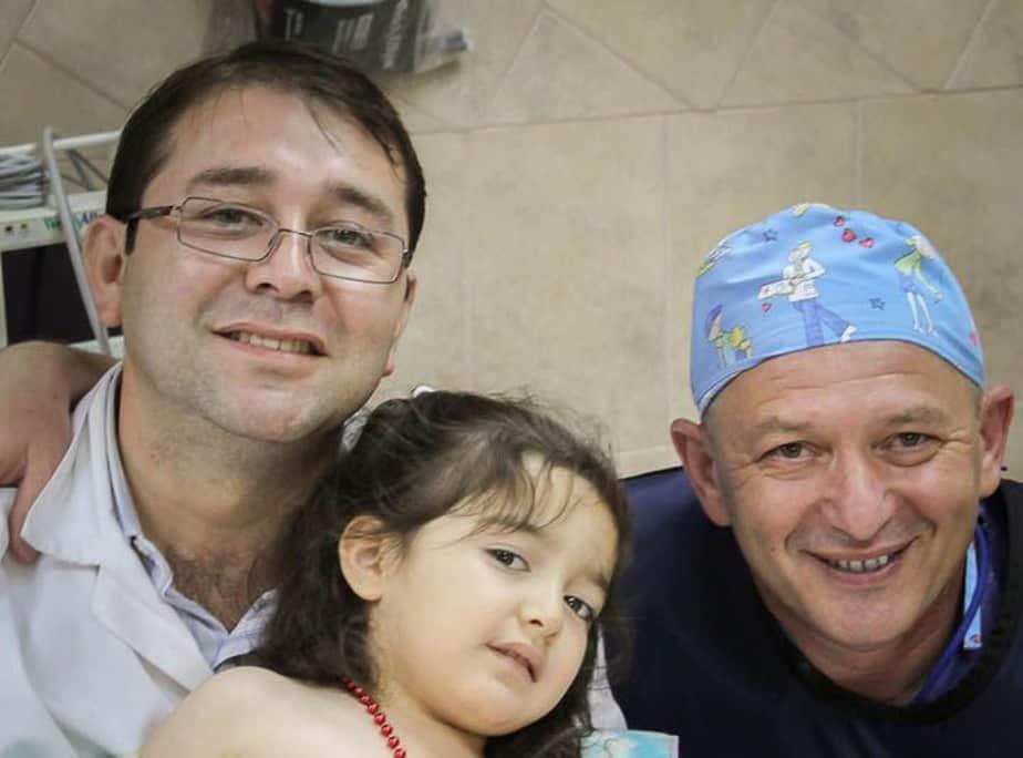 """ד""""ר אידלמן (מימין) יחד עם מטופלת מקומית ואביה"""