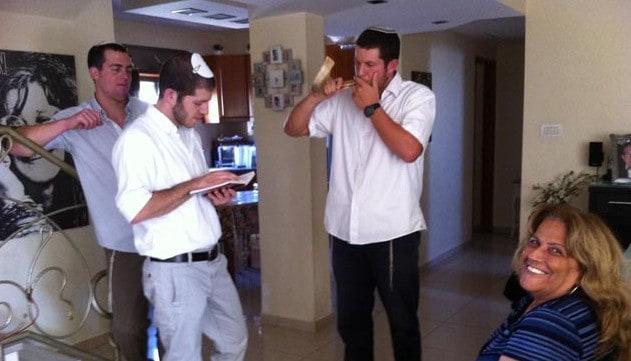 חניכי הישיבה בביקור בית (צילום: ישראל פרץ)
