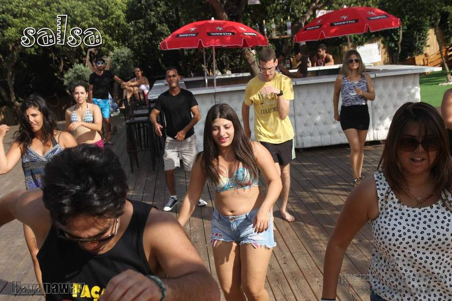 רוקדים סלסה בבריכה עם דרור בר לב (צילום: דרור בר לב)