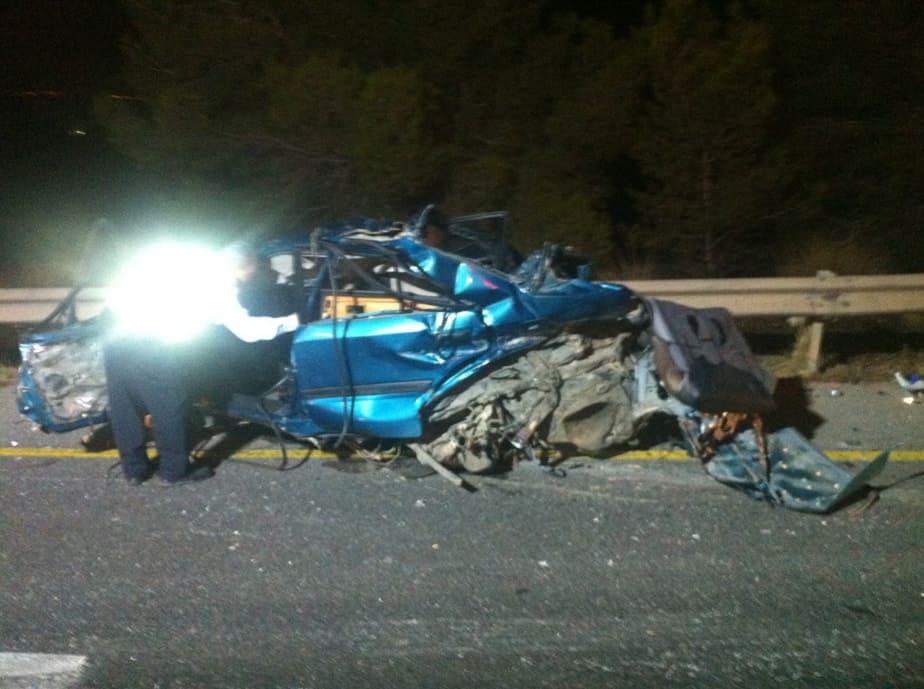 """שאריות הרכב הפרטי בתאונה (צילום: דוברות מד""""א)"""