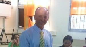 אבי אלקבץ מצביע (צילום: כפיר בזק)