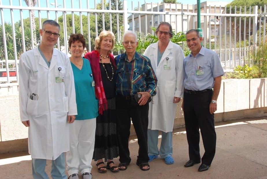 """ח""""כ לשעבר אמרי רון עם הצוות הרפואי ובני משפחתו (מרכז רפואי כרמל)"""