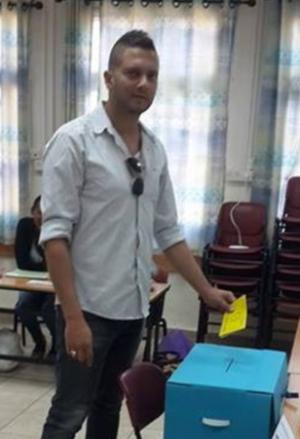 מנהל הפועל עפולה יוסי כהן מצביע (צילום: עצמי)