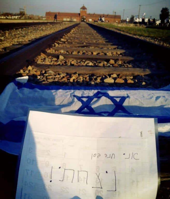 המכתב על פסי הרכבת (צילום: עצמי)