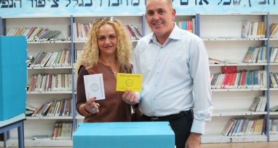 שלמה בוזגלו מצביע עם אשתו סילבי (צילום: א. קוטין)