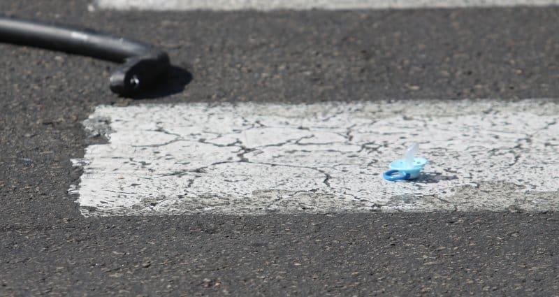 מוצץ התינוק על כביש לאחר התאונה (צילום: שלומי גבאי)