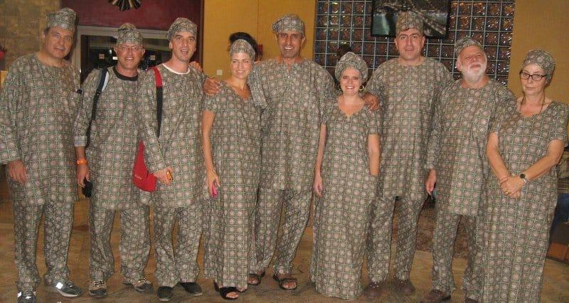 הצוות הישראלי בתלבושות מקומיות מסורתיות (צילום: חברי המשלחת)