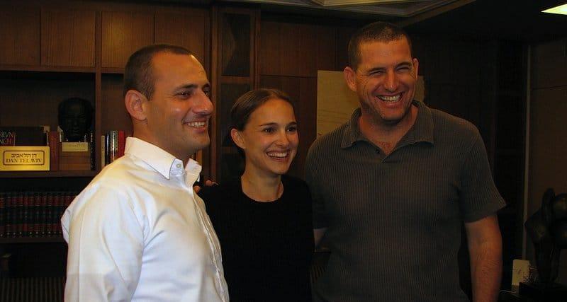 נטלי פורטמן עם אבי קאופמן ואסיף איזק (צילום: ניב זהר הורוביץ)
