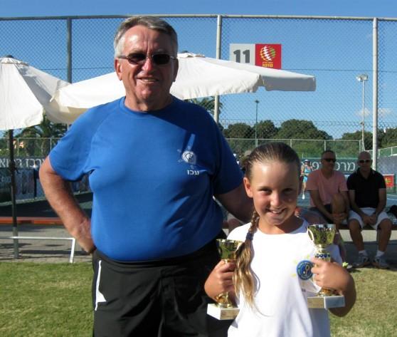 מקום ראשון בזוגות-בנות. טלי מליכין מהמרכז לטניס בעכו עם מאמנה יבגני יוזף (צילום: עצמי)