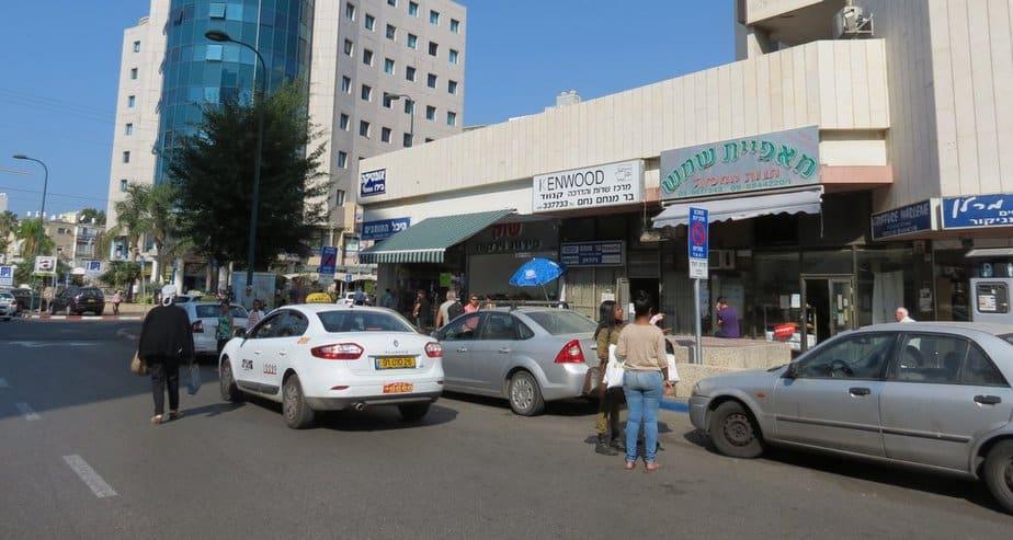 תחנת המוניות ברחוב רמז בנתניה (צילום: רותי ברמן)