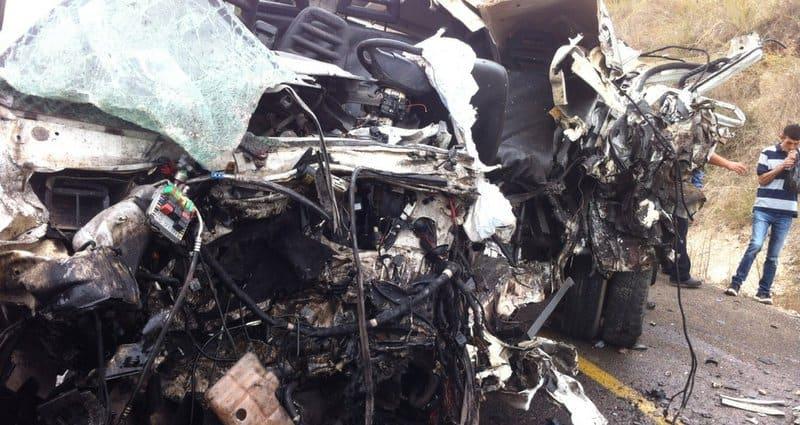 """שרידי המשאית הפגועה (צילום: דוברות מד""""א)"""