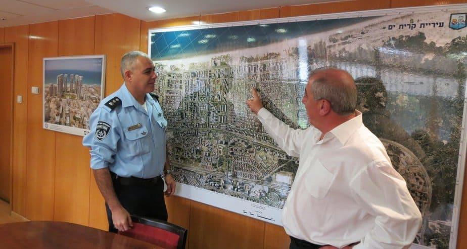 """נצ""""מ אילן סרדל ודוד אבן צור (צילום: עיריית קרית ים)"""