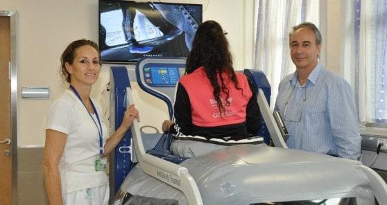 """ד""""ר פרידמן, עינת אזולאי ומטופלת בשיקום (צילום: דוברות העמק)"""