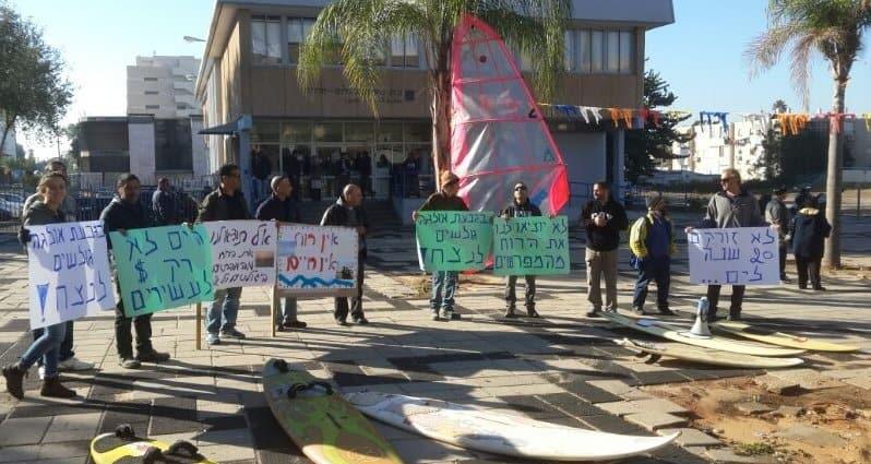 הפגנת הגולשים ברחבת העירייה (צילום: ערן גרינולד)