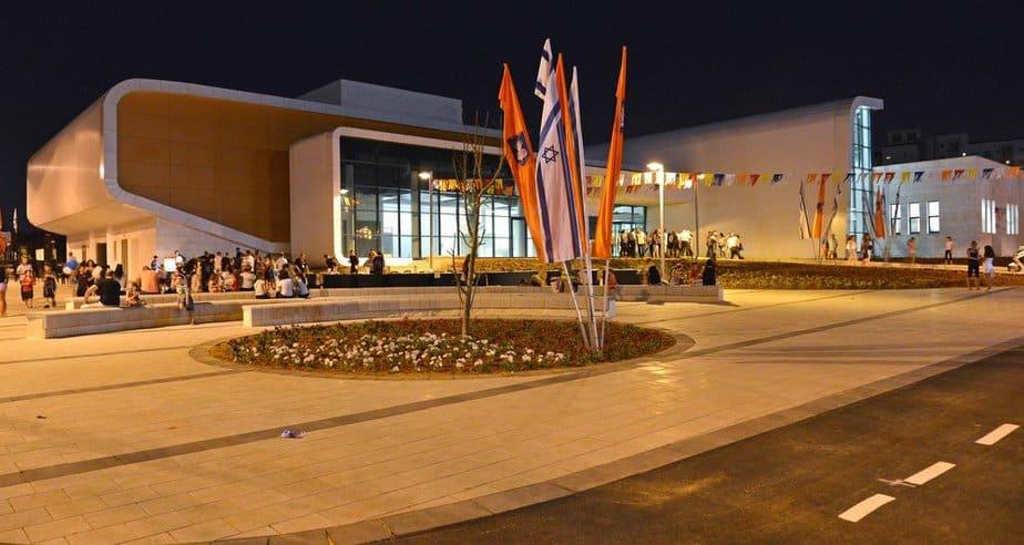 המרכז הקהילתי בקרית השרון (צילום: רן אליהו)