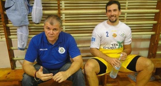 המאמן ידע איזו סחורה הוא מביא למוצקין. וליקו מילוסביץ' ונדצ'קו מאטיץ' (צילום: איסר רביץ)