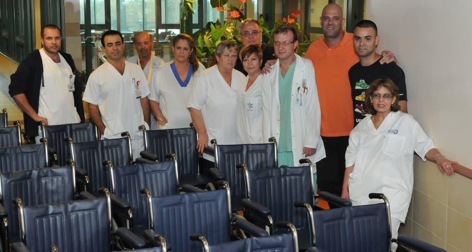ניסים אנקוה, הצוות הרפואי וכסאות הגלגלים החדשים (צילום: יצחק ברבי)