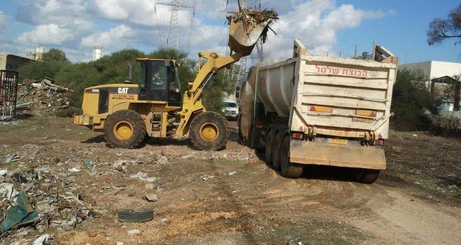 מבצע ניקיון פסולת באזור התעשייה (צילום: באדיבות רשות מקרקעי ישראל)