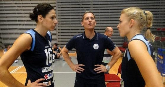 רק שיהיו בריאות. טלי ארטמנקו, אניה ויליקי עם המאמן גל גלילי (צילום: איסר רביץ)