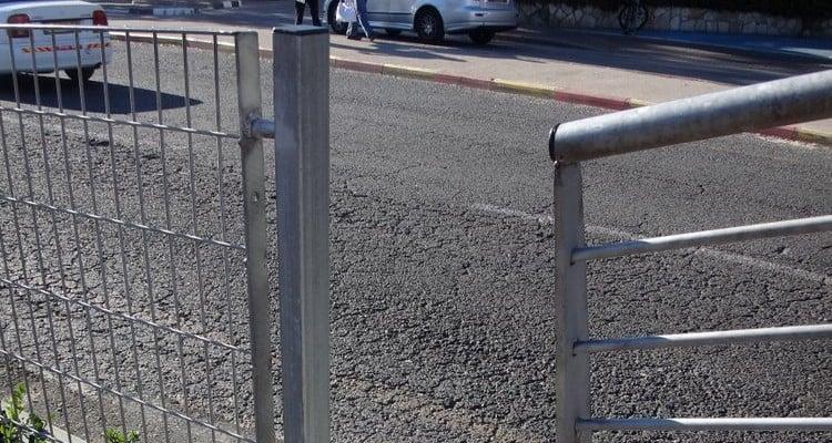 הפרצה בגדר ליד תחנת המטרונית (צילום: סיון הלפרין)