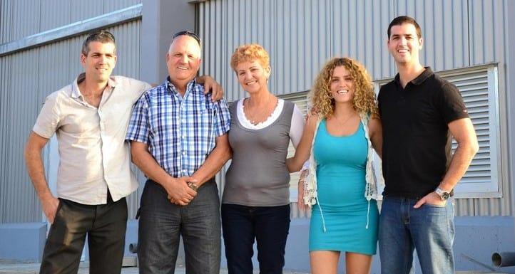משפחת ניב על רקע מפעל פריניב (צילום: עצמי)