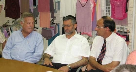 עדי אלדר, אלי ישי ודב לאוטמן במפעל דלתא (צילום: דוברות העירייה)