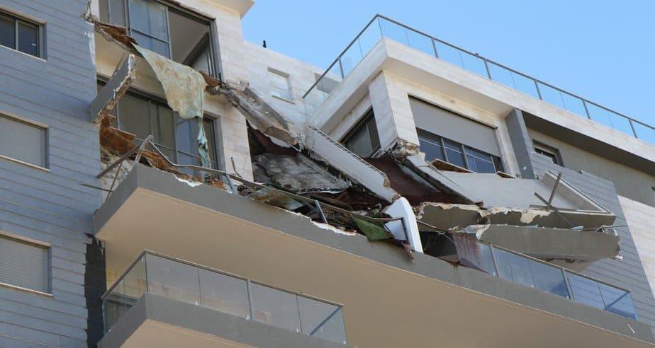 מרפסות הבניין שקרסו (צילום: שלומי גבאי)
