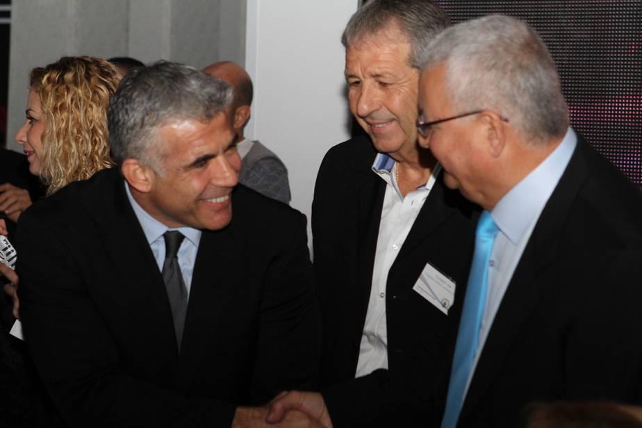 """השר לפיד עם יוסי בן שושן, יו""""ר התאחדות המלאכה והתעשייה בחיפה והצפון והמנכ""""ל יוסי אשכנזי"""