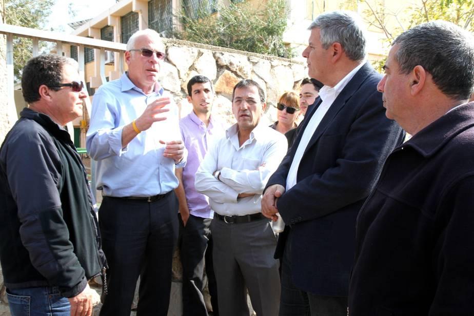 סיור בגבעת אולגה. ראש העיר וחברי מועצה עם שר השיכון