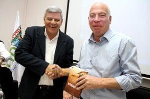 ראש עיריית חדרה צביקה גדלמן עם שר שיכון אורי אריאל