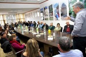 ראש העיר צביקה גנדלמן עם התושבים שזכו לפיצוי כספי