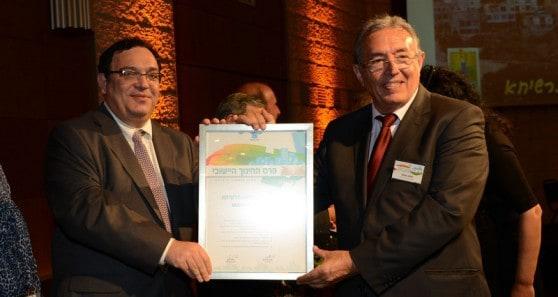 ראש עיריית מעלות תרשיחא שלמה בוחבוט מקבל את הפרס משר החינוך פירון (צילום: מוקי שוורץ)
