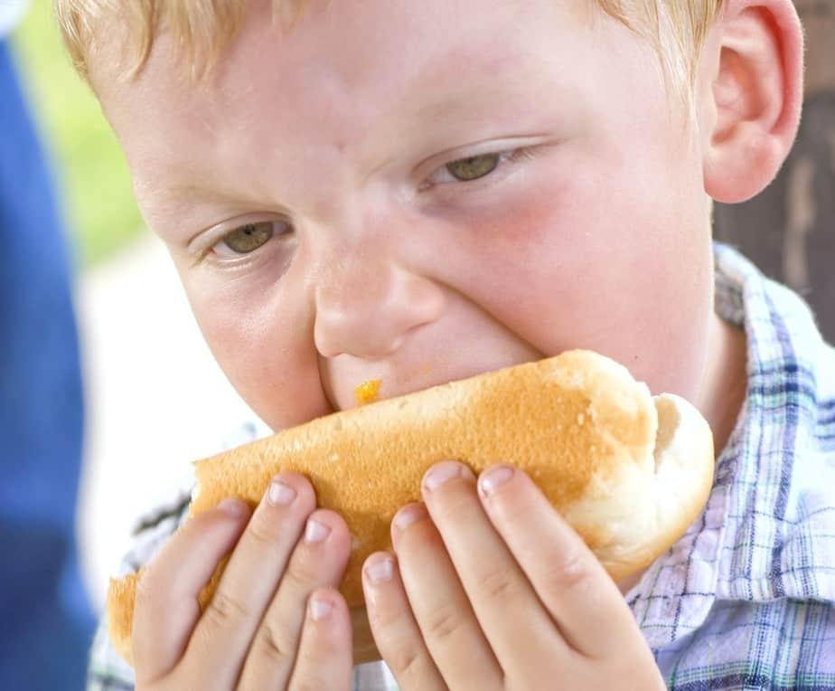 ילד אוכל נקניקיה