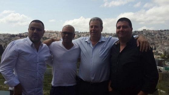 אייל גולן עם ראש העיר שמעון גפסו ומשפחת שמשום