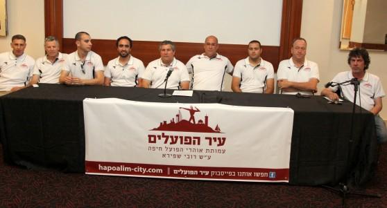 תשעת חברי העמותה הזמנית של הפועל רובי שפירא חיפה  צילום: אדריאן הרבשטיין
