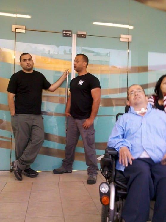 שומרים בכניסה לבניין העירייה מונעים את כניסתם של תושבי העיר ונכים
