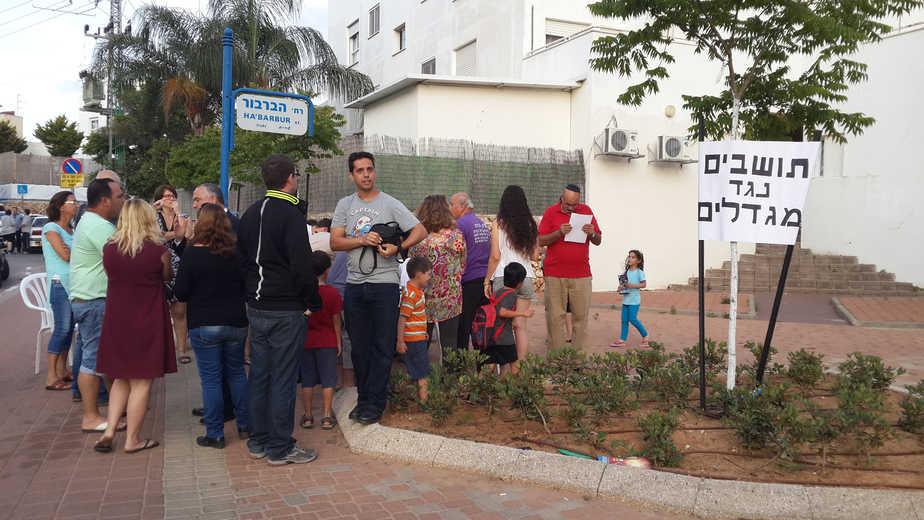 תושבי שכונת עמליה נגד הקמת מגדלים בשכונה - צילום עצמי