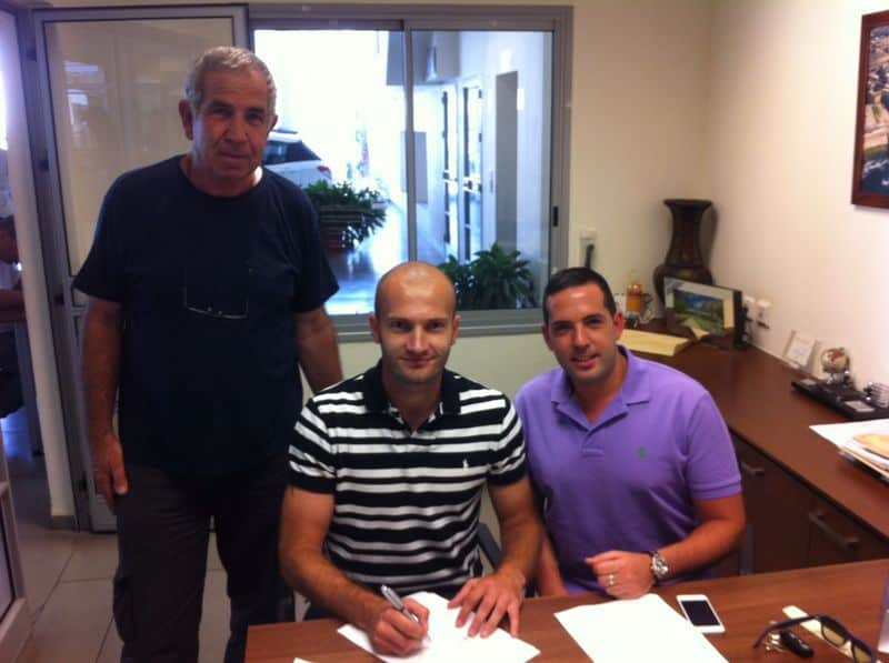 """המצטרפים החדשים. היו""""ר רוני פרטוש עם החלוץ אמיר האדזיץ' (צילום: עצמי)"""