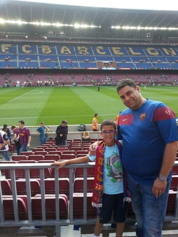 """עו""""ד גיא אופיר ובנו אביעד במשחק בין אתלטיקו מדריד לברצלונה (צילום: עצמי)"""