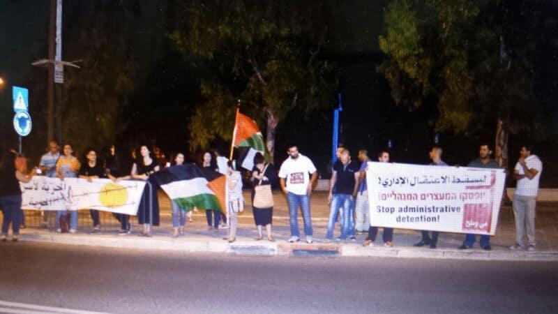 """מפגינים בעכו עם דגלי אש""""ף"""