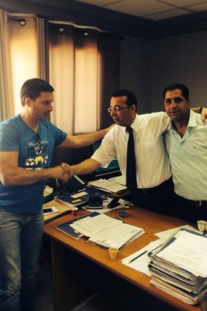 שלומי דורה עם חברי הנהלה במעמד החתימה