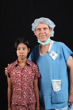 """ד""""ר סגל עם מטופלת במיאנמר"""