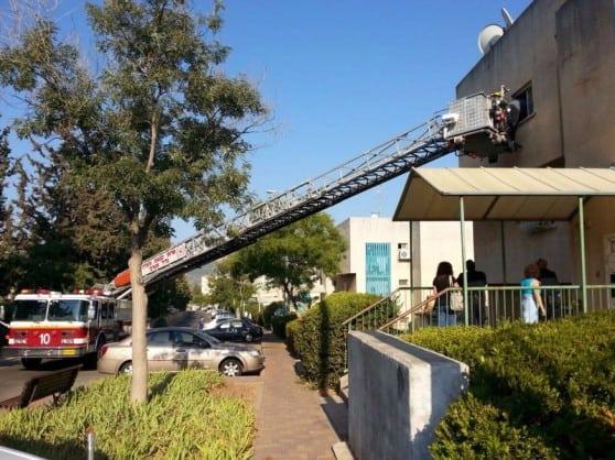 חילוץ קשישה על ידי לוחמי האש (צילום: עליזה רוזן)