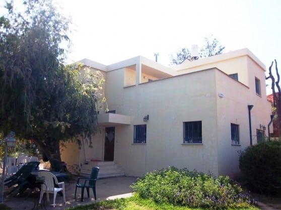 """הבית בשכונת מגד בפרדס חנה (צילום: יח""""צ)"""