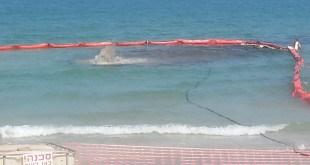 חוסם דלק בחוף ודלק העולה מקרקעית הים