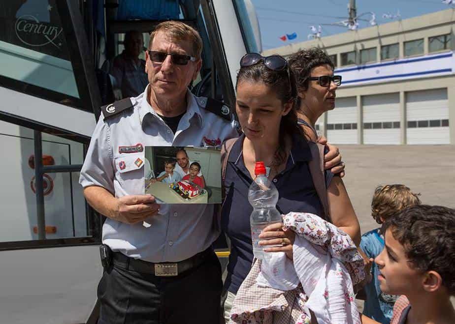 """מוריה אלמנתו של יאיר אשכנזי ז""""ל עם מפקד כיבוי אש ישראל גירון"""